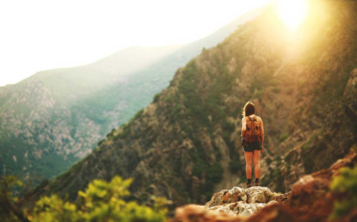 Mỗi lần đứng trên ngọn núi cao hơn, bạn sẽ có dịp được nhìn thấy thế giới rộng lớn hơn (Nguồn ảnh: gambartop).