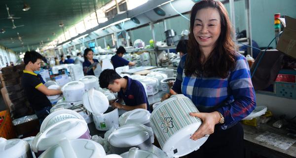 Nữ Doanh Nhân Việt Gần 20 Năm Sản Xuất Nồi Cơm Điện, Nội Địa Hoá 80%, Các Gia Đình Khắp Miền Tây Không Ai Không Dùng