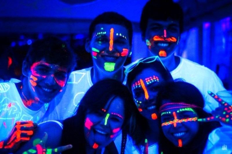 Hình vẽ mặt phát sáng dưới ánh đèn UV