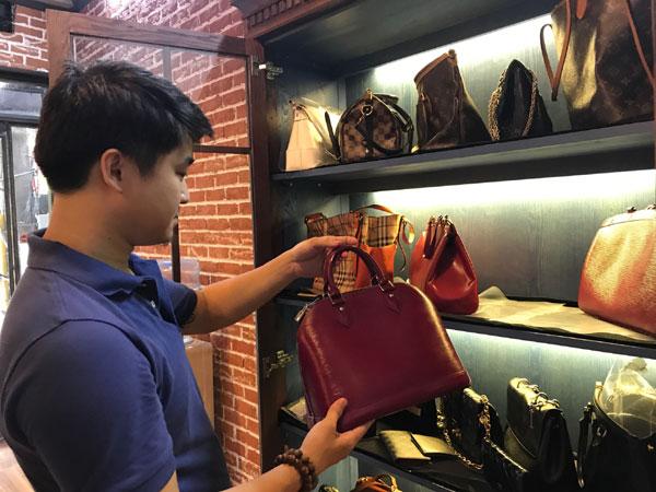 Bỏ lương ngàn USD, chàng trai 8x khởi nghiệp đánh giày, sửa túi - Ảnh 1.