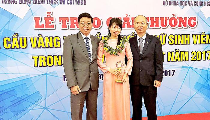 """Nguyễn Thị Thủy - Nữ Tiến Sĩ Giành Qủa Cầu Vàng: Từng """"Mù Tiếng Anh"""", Cãi Thầy Hướng Dẫn"""
