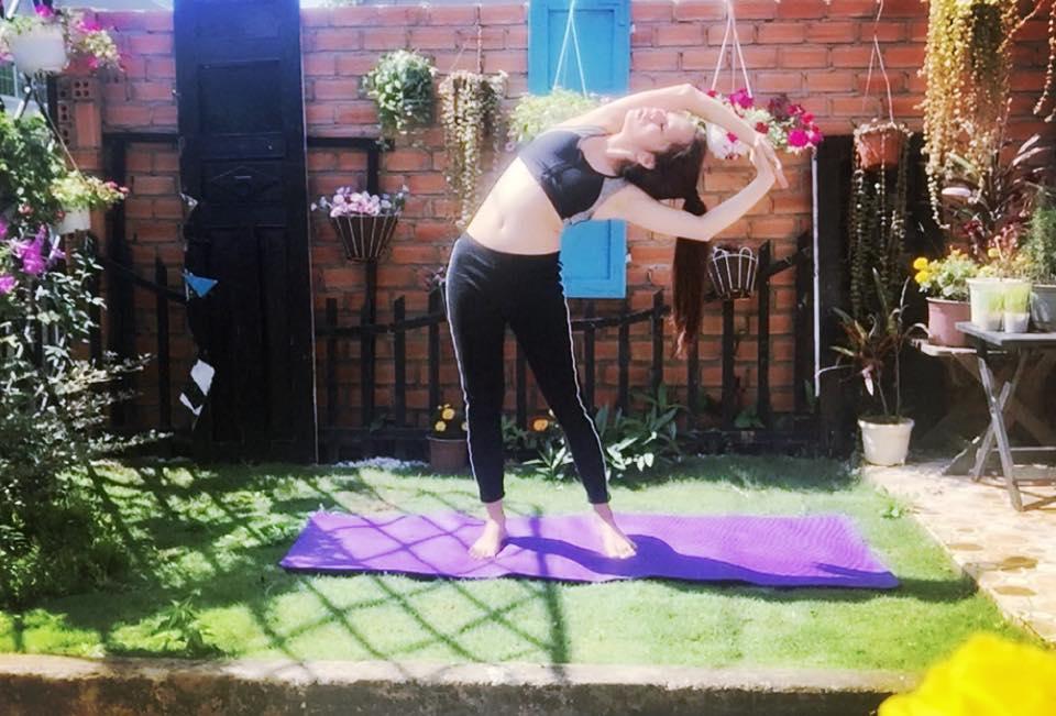 yoga trên sân cỏ trước nhà