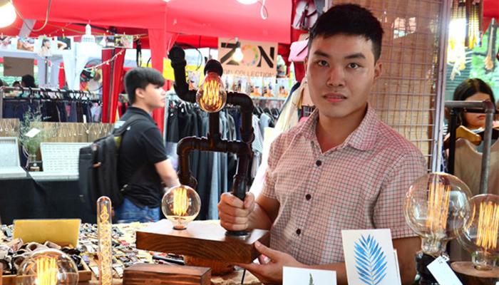 Nguyễn Lê Trung Hiếu & Hồ Hoàng Phúc - Hai Sinh Viên Kiếm 40 Triệu/ Tháng Nhờ Làm Đèn Từ Ống Sắt, Gỗ