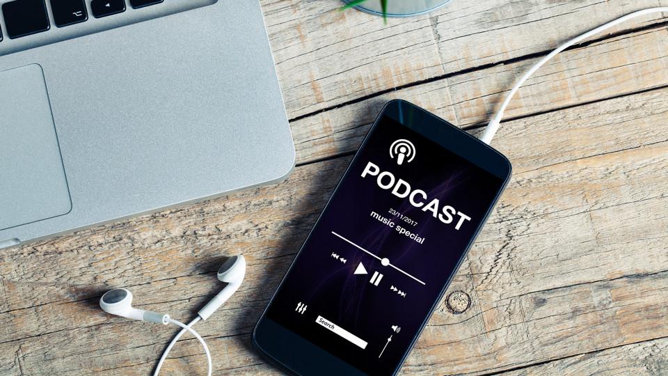 5 Podcast nâng trình listening tiếng Anh cực nhanh